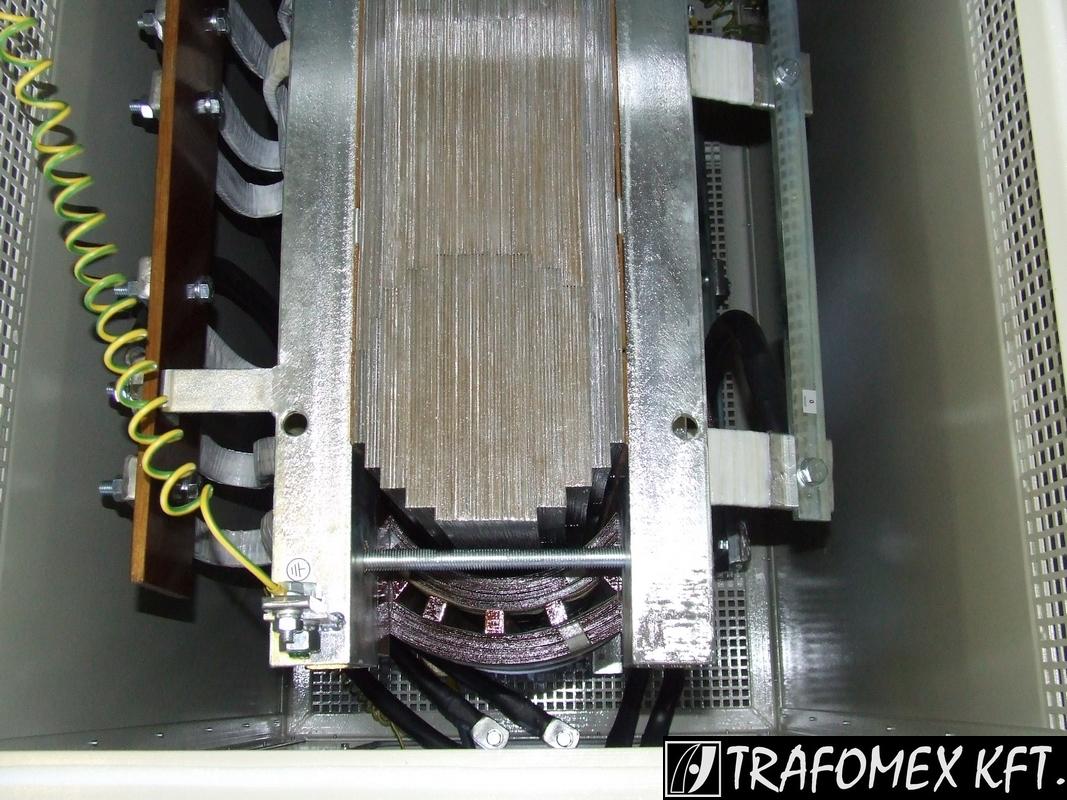 3 fázisú 300 kVA-os transzformátor tokozásban